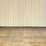 Etapa interior con el piso de madera viejo y la cortina beige Imagen de archivo