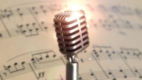 Etapa retra del micrófono Ciérrese encima del micrófono del vintage en etapa Micrófono viejo en fondo ligero almacen de video