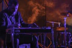 Etapa roja de la música del humo con el artista imagen de archivo libre de regalías