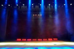 Etapa vacía iluminada del concierto con humo imagen de archivo