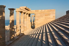 Etapa y columnas de la acrópolis antigua Fotos de archivo