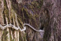 Etapas íngremes de pedra Passeio Trekking caminhando a montanha de Huangshan foto de stock royalty free
