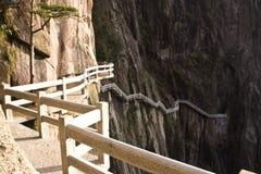 Etapas íngremes de pedra Passeio Trekking caminhando a montanha de Huangshan fotos de stock royalty free