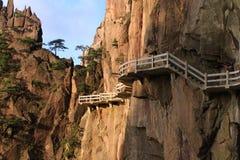 Etapas íngremes de pedra Passeio Trekking caminhando a montanha de Huangshan imagens de stock royalty free