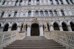 Etapas cinzeladas mármore no palácio dos doges foto de stock