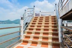 Etapas concretas e trilhos da escada Fotografia de Stock Royalty Free