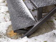 Etapas corrugadas da escadaria do ferro pulverizada com a primeira neve foto de stock