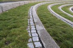 Etapas curvadas com pedra e grama Fotos de Stock Royalty Free