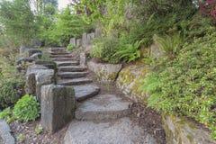 Etapas da escada do jardim com rochas naturais Foto de Stock Royalty Free
