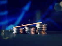 Etapas da moeda com fundo borrado gr?fico azul ilustração royalty free