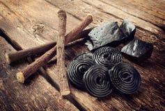 Etapas da produção do alcaçuz, das raizes, de blocos puros e de doces Foto de Stock Royalty Free