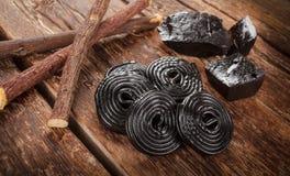 Etapas da produção do alcaçuz, das raizes, de blocos puros e de doces Foto de Stock
