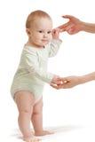 Etapas de bebê com vez da mão da matriz a primeira isolada fotografia de stock