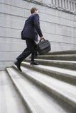 Etapas de With Briefcase Ascending do homem de negócios Foto de Stock Royalty Free