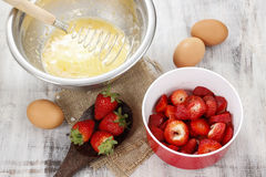 Etapas de fazer o bolo da morango Foto de Stock Royalty Free