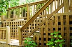 Etapas de madeira e trilhos da plataforma foto de stock royalty free