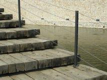 Etapas de madeira pela água Foto de Stock Royalty Free