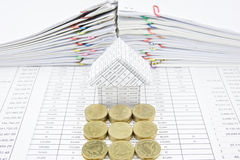 Etapas de moedas de ouro na frente da casa Fotos de Stock