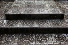 Etapas de pedra com teste padrão tradicional do templo em Bali Tirta Gangga Foto de Stock
