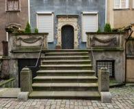 Etapas de pedra contínuas à porta da casa velha em Gdansk Fotografia de Stock Royalty Free