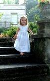 Etapas de pedra de Decending da criança Foto de Stock Royalty Free