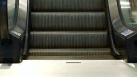 Etapas de um close-up moderno da escada rolante, escadaria movente vídeos de arquivo