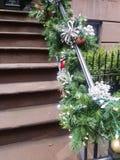 Etapas do brownstone dos trilhos da decoração do feriado fotografia de stock royalty free