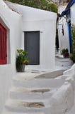 Etapas e rua estreita pintada branco Fotos de Stock