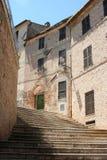 Etapas entre a aleia pequena na vila histórica em Marche Foto de Stock