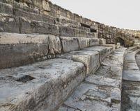 Etapas gastas e resistidas em um anfiteatro romano antigo imagem de stock royalty free