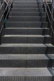 Etapas metálicas sujas bonitas em uma escadaria Fotografia de Stock