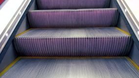 Etapas moventes da escada rolante de levantamento vídeos de arquivo