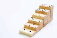 Etapas ou escada do dominó de madeira no sp branco do fundo e da cópia imagens de stock