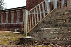 Etapas oxidadas da construção abandonada fotografia de stock