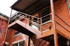 Etapas oxidadas da construção abandonada imagem de stock royalty free