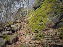 Etapas que conduzem ao longo das rochas maciças do basalto Imagem de Stock