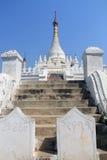 Etapas que conduzem aos stupas brancos em Mahar Aung Mye Bon San Monastery Imagem de Stock Royalty Free