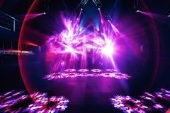 Etapp för konsert för nattpartiöversvallande beröm med rosa laser fotografering för bildbyråer