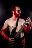 Etapp gitarrist med svart för elektrisk gitarr royaltyfria foton