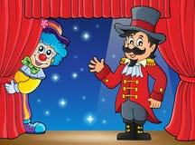 Etapp med cirkusdirektören och luraclownen Royaltyfri Fotografi