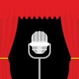 Etapp med den röda gardinen och den retro mikrofonen Öppna teatercurtaien Fotografering för Bildbyråer