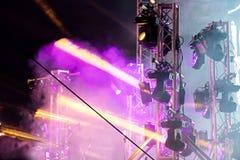 Etapp med fläcklampor strålar och rök för färgrik etapp ljusa Royaltyfri Fotografi