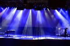 Etapp med ljusa strålar och pianot Arkivfoto
