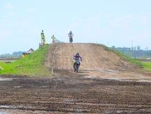 Etappen av den europeiska mästerskapet i motocross i grupper 65, 85 och öppnar Royaltyfri Fotografi