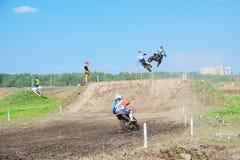Etappen av den europeiska mästerskapet i motocross i grupper 65, 85 och öppnar Arkivbild
