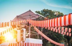 Etappen av Yaguroen Pappers- röd-vit lyktaChochin landskap för ferien Obon när folkdans av Bon Odori fotografering för bildbyråer