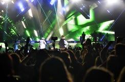 Etappen för musikkonsertstrålkastare, entusiastisk folkmassa, fläktar - Justin Bieber Arkivfoto