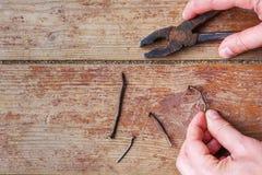 Etapper av reparationen hemma - för att dra ut det gammalt spikar royaltyfri bild