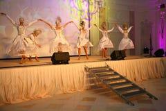 Etappkapaciteten av den exklusiva restaurangen dansarna för sommarslotten dansar showen av helhetgruppstilen Arkivbild