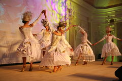 Etappkapaciteten av den exklusiva restaurangen dansarna för sommarslotten dansar showen av helhetgruppstilen Arkivfoton